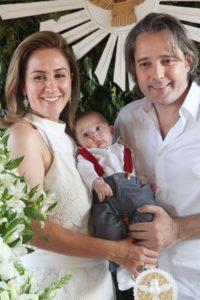 Lourenzo com os pais Daniela e Fabio Dulizia no dia do seu batizado