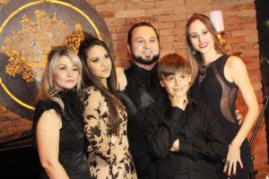 Nasar e Cassia com os filhos Brenda, Bruna , e Sebastian Fabri em dia de show na casa Berolli