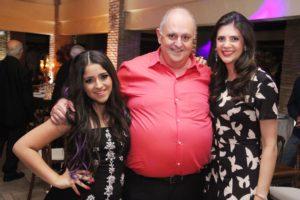 As filhas Haline e Andraci Maria Atique posam ao lado do pai Halim Atique Jr