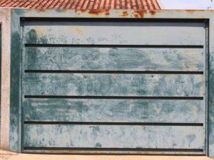 Portão da casa ficou com marcas dos tiros, segundo polícia (Foto: Helena Marques/Arquivo pessoal)