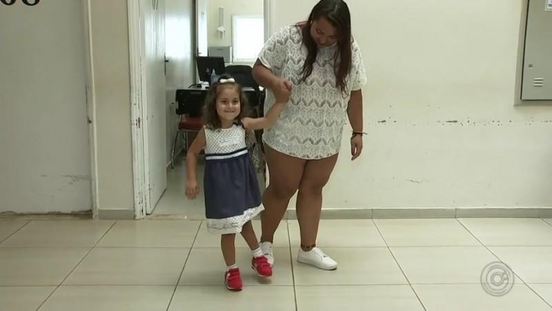 159458cc4 Menina de 4 anos com malformação realiza sonho de andar pela 1ª vez ...